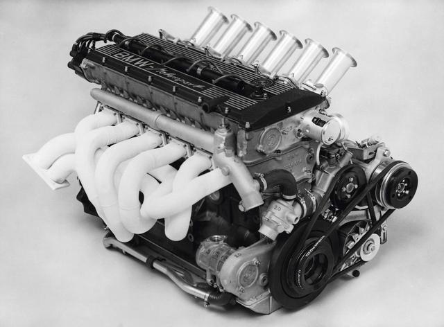 画像: エンジンはM88と名付けられた。3.0CSL用のM49/4型をベースにドライサンプ式のオイルパン回りを新たに設計している。