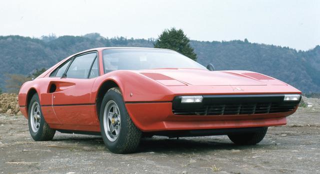 画像: 初期型のボディ外板にはフェラーリ初のFRPが用いられていたが、工作精度に難ありですぐにスチール製に戻されている。しかしデザインの美しさはその弱点を補って余りある。