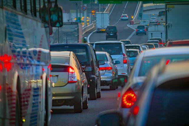 画像: 渋滞の中でもドライブを楽しく過ごせるよう対策をしておきたいもの。