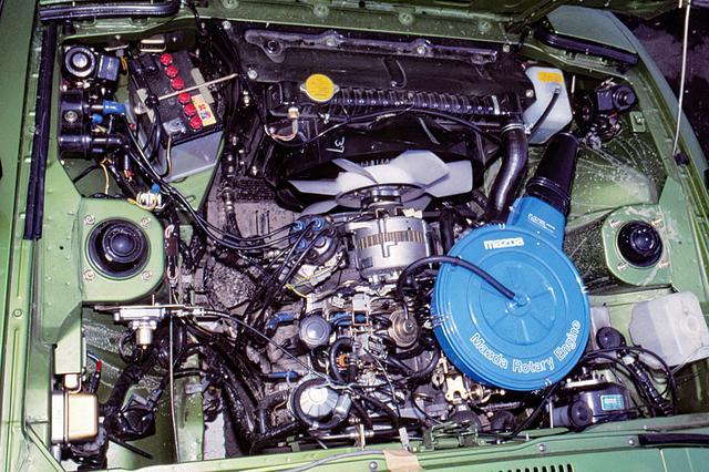 画像: 12Aロータリーエンジンは基本的に従来型と変わらないが、細かい変更で130psの高出力を得ながら53年規制をクリア。