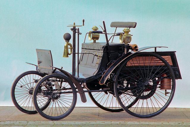 画像: ヴェロは1894年に市販された。1号モデルの3輪車を進化させて4輪車にしたというような、保守的設計だった。ヴェロとはフランス語で自転車を意味する。