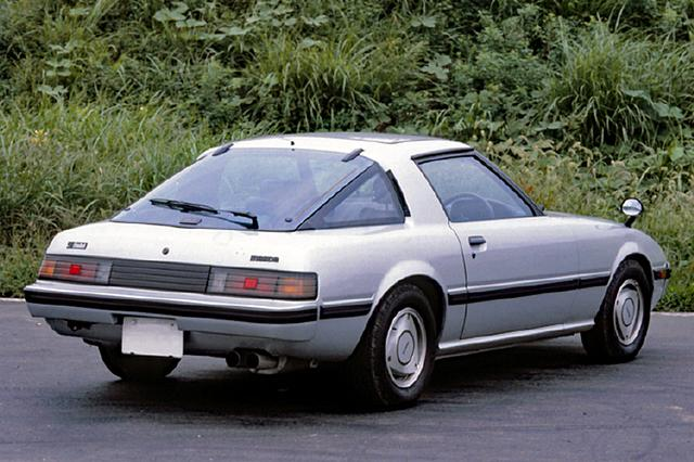 画像: 1980年11月ににフェイスリフトを含めたマイチェンが行われた。ボディ一体型のウレタンバンパーや、ローター型アルミホイールが特徴だ。