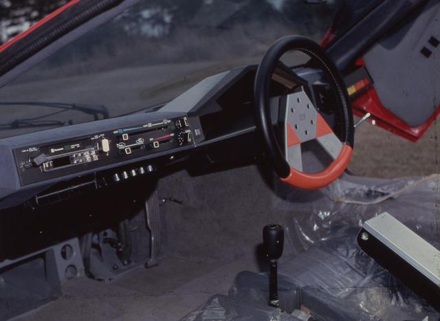 画像: 直線基調でまとめられたP-2インパネ回り。ステアリングのデザインも独特で、これは零とも同様。国産車初のデジタルメーターもこのクルマから始まった。