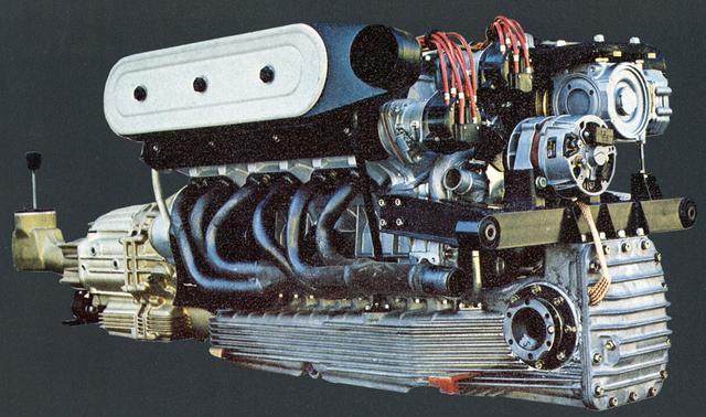 画像: 長いV12気筒DOHCを縦置き搭載するにあたり、トランスミッションを座席の間にレイアウトするユニークな方式を採用した。(写真はLP400)