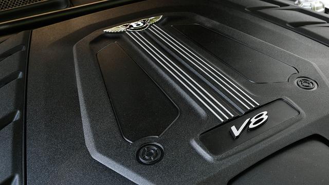 画像: Vバンクの内側に2基のターボチャージャーを搭載する4L V8ツインターボエンジン。