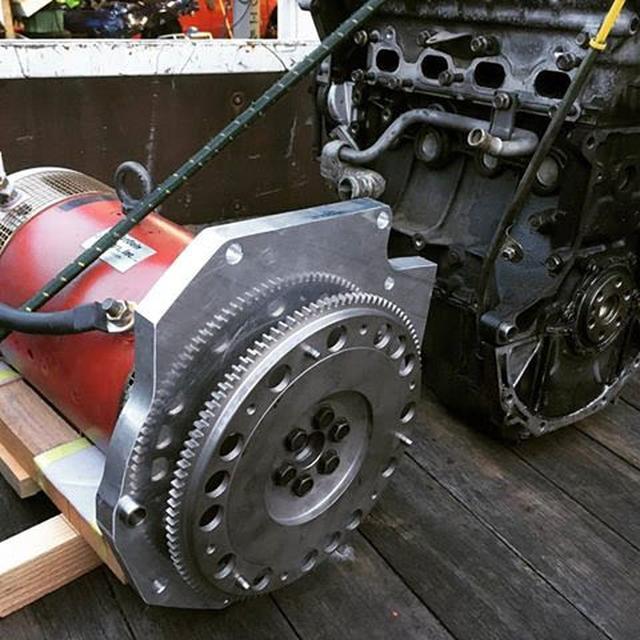 画像: 写真左が100psを発生するDCブラシモーター。右隣は取り外されたロードスターのエンジン。