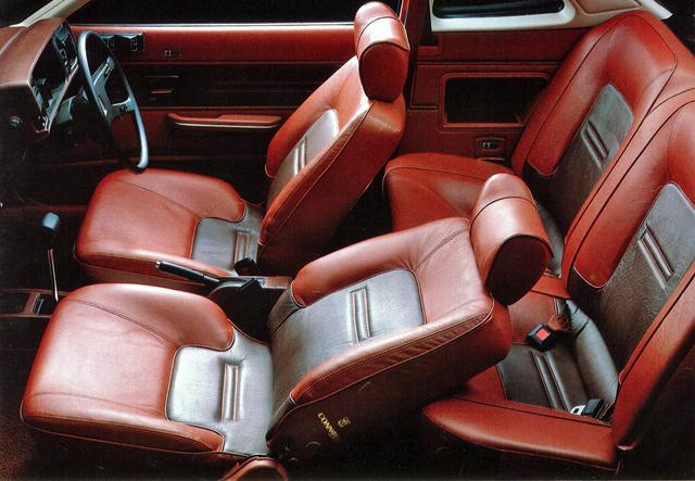 画像: 小さめのキャビンでフロント優先のシートのため、リアシートはほとんどプラス2だった。XRとXEにはオプションで写真のコノリーレザーも用意されていた。