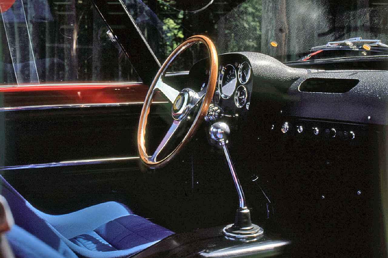 画像: コクピットはスーパーカー的というよりも、ウッドステアリングを含め美術品に近い趣がある。5速MTのシフトレバーは、かなり長め。