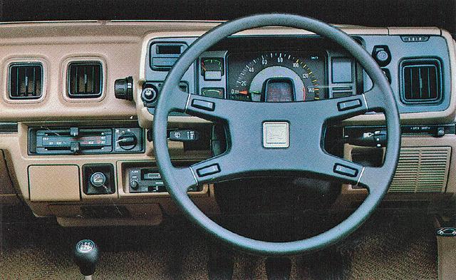 画像: スピードメーターとタコメーターを同心円上に配したメーターデザインが特徴的なインパネ。