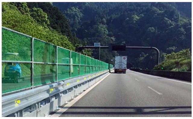 画像: 仮設の防護柵が設置された区間では路肩の幅員が狭くなるので、規制速度は80km/hとなる。