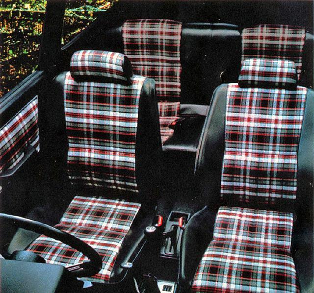 画像: シートとドアトリムに使われているチェック生地は2ドアのみの装備。フロントシートにはGT専用の構造と材質を使用していた。