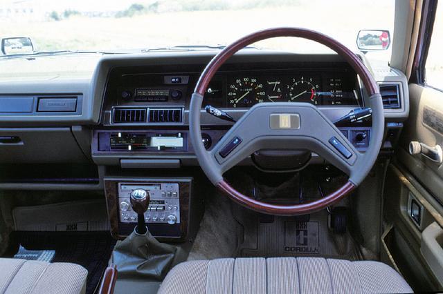 画像: 本革巻きステアリングや大型フットレストがGT車である証。左右15度の首振り式センターコンソールが話題となった。