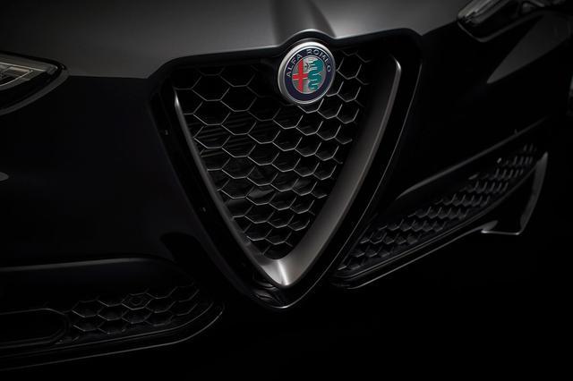 画像: ステルヴィオ 2.0ターボ Q4 モノクロームエディションのフロントグリル。マットブラックパーツを採用する。