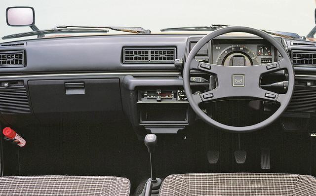 画像: リアビューの雰1978年に発売されたプレリュードと同じモチーフのインパネ。CXはステアリングもプレリュードと同じ形状の4本スポークだ。囲気も先代と似ている。CXは3ドアのみの設定だった。