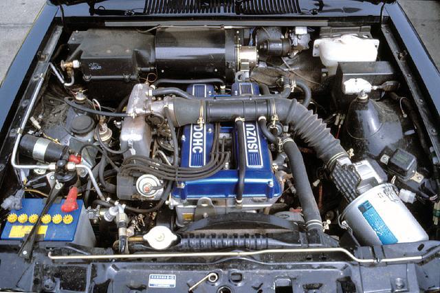 画像: 117クーペにも搭載されていたG180WE型エンジンは130psを発生する。ブルーのカムカバーが鮮やかだ。