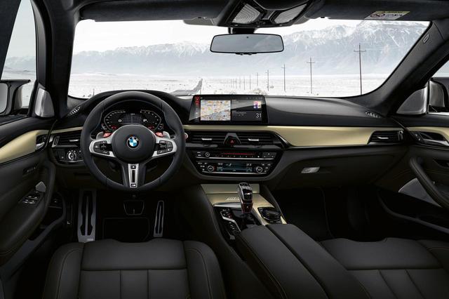 画像: BMW M5 35 Jahre Editionのインテリア。黒と金のコントラストが映える。