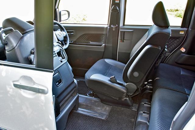 画像: 助手席をいちばん前に出し、運転席をいちばん後ろに下げるとリアスライドドアから運転席に乗降できる。