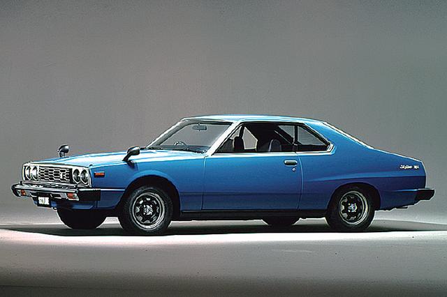 画像: 1977年8月にフルモデルチェンジを受けた5代目スカイラインは、1.2トンを超える車重に130psのエンジンでは、お世辞にもスポーツカーとはいえない動力性能だったが、時代背景を考えると仕方ないところだった。ヘッドランプは丸型4灯。