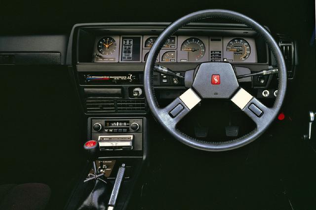 画像: マイチェンで変更を受けたインパネまわりは、ターボ車の証であるブースト計がイラストモニターの右横上段に付く。