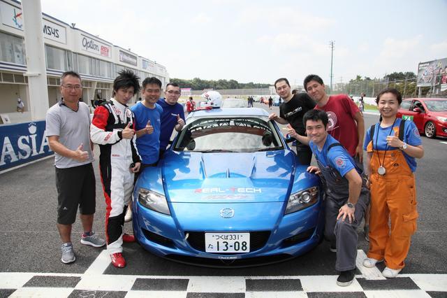 画像: 車名はリアルテックMM:RX-8。右手前がロータリープロショップ「リアルテック」代表の濱口さん。カトーとは20年来の友人だ。ドライバーは左手前からモータージャーナリストの瀬在仁志さん、リアルテック一速いオトコ黒田晃尚さん、そしてモーターマガジン編集部のカトーの3名。サポーターのみなさまにも感謝!