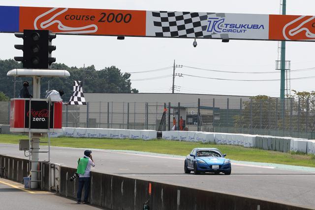 画像: 116周を走りきり、トップでチェッカーを受ける。ポールトゥウイン達成!