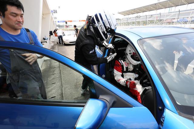 画像: 第2ドライバーの瀬在選手にドライバー交代。ドライバー交代は1分以上停車が義務づけられている。