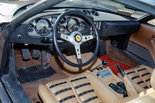 画像: 大径メーターや革巻きステアリングなど、いわゆる1970年代のスーパーカー的なインテリア。