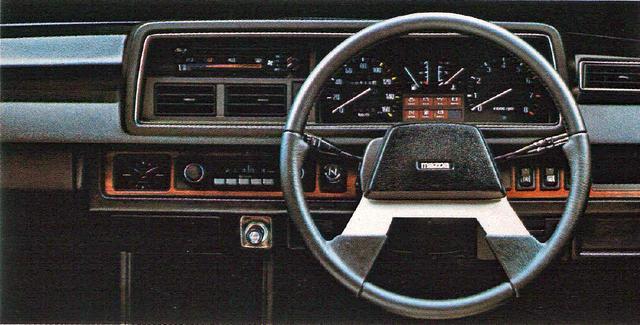 画像: オーソドックスなダッシュボード。XGには専用の太めのステアリングホイールが装備された。