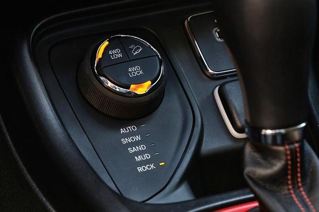 画像: 4つの走行モードを選択できる「セレクテレインシステム」だけでなく、デフロック機能も持つ。