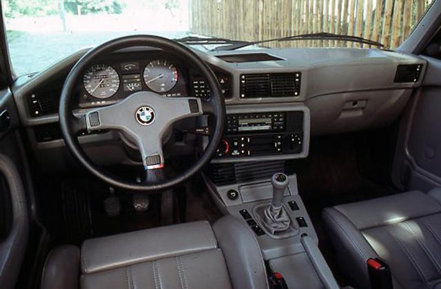 画像: 世界最速のセダンと言われた初代M5(E28)。1987年の終わりまでに2145台が生産された。