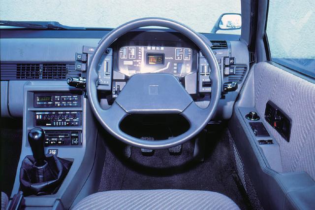 画像: 上級グレードのXEには、当時流行していたデジタルメーターが標準装備された。また、左右に配置されたサテライトスイッチも特徴的であった。