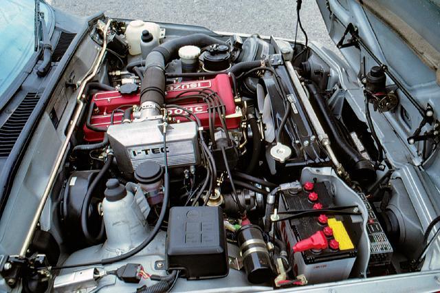 画像: 1949ccのG200型DOHCエンジンは最高出力135psを発生したが、当時進化が著しかったライバルに比べ、その非力さや高回転域での騒音が指摘されていた。