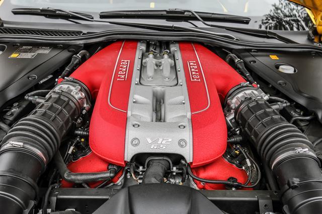 画像: 65度のV12DOHCは自然給気ながら800psの最高出力を発生する。赤いヘッドカバーはあまり見えないが、チャンバーも赤く塗られている。