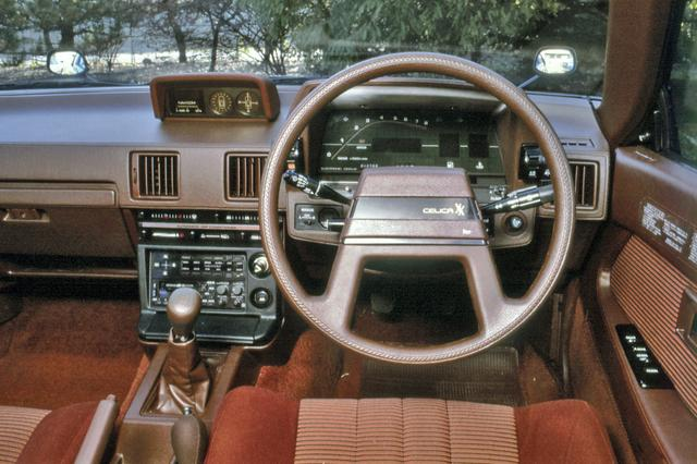 画像: 当時の新型車に競って採用されたデジタルメーターは2800GTにのみ標準装備となった。なお、オプションでナビコン(写真ダッシュボード上)が装着できたが、これはカーナビの原点とも言えるものだ。