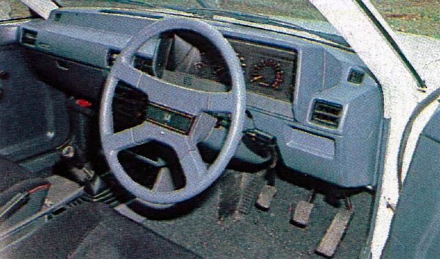 画像: メーターは夜間点灯時に文字が緑色に見える透過照明を採用。なお、ターボモデルは当初5速MTのみの設定であった。
