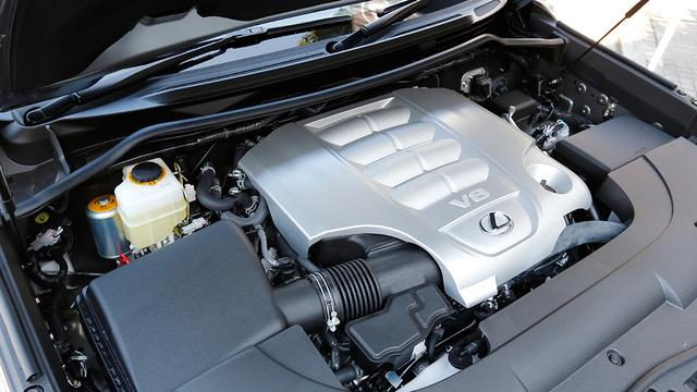 画像: レクサスシリーズでもっとも大きな排気量の5.7L V8DOHCエンジンを搭載(最高出力377ps最大トルク534Nm)。