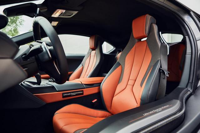 画像: BMW i8 アルティメット ソフィスト エディションは外装だけでなく、内装にもオレンジのアクセントが採用される。