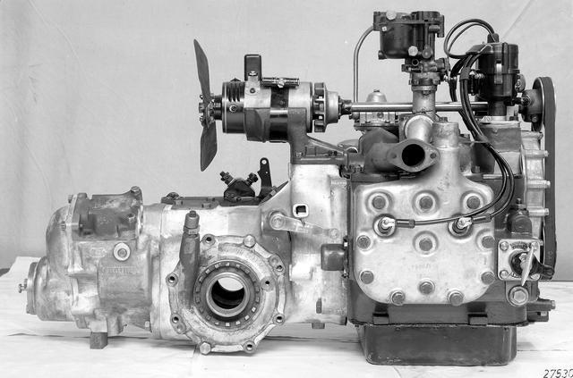 画像: 130VBの1.3L水冷水平対向4気筒エンジン。エンジン+トランスアクスル・ユニットの全長が短く、室内スペースを広くとれる。左が前方。