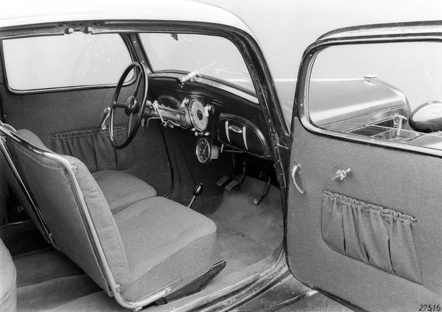 画像: 130VBの室内。前輪駆動ゆえにフロアがフラットで広々としている。駆動方式に限らず、小型車として当時の先端的な設計が採用されていた。