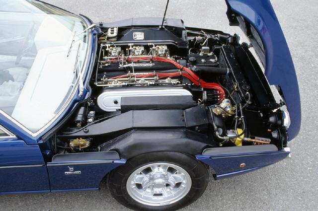 画像: ボンネットというよりも、フロントカウルと呼びたいエンジンフード。4LのV12 DOHCはオーバーハング後半に収まり位置は悪くない。