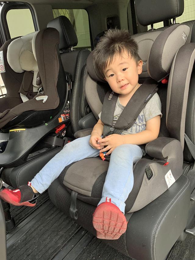 画像: 長時間ベルトで固定されているとイヤがる子どもは多い。でも、万が一のことを考えて、泣いても騒いでも移動中はベルトは外さないこと。