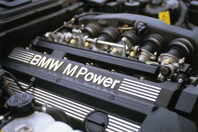 画像: エンジンは通常の5シリーズに搭載されるものとは別物の直列6気筒ユニット。あのM1に搭載されていたものと同じ系譜を持つ。