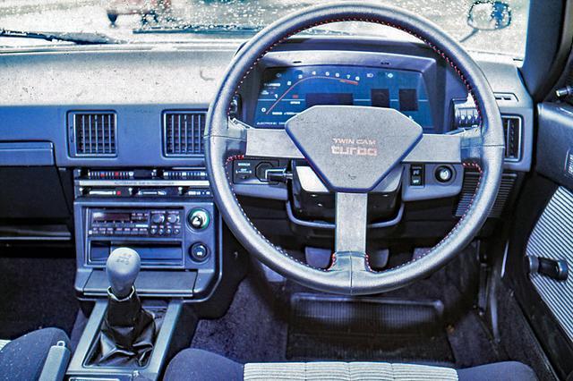 画像: アナログメーターが標準装備だったが、GT-Tではデジタルメーターがオプション設定されていた。