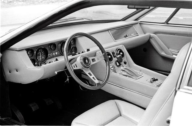画像: インテリアのデザインはエスパーダと似た、スポーツカーと言うよりラグジュアリーカー的なもの。