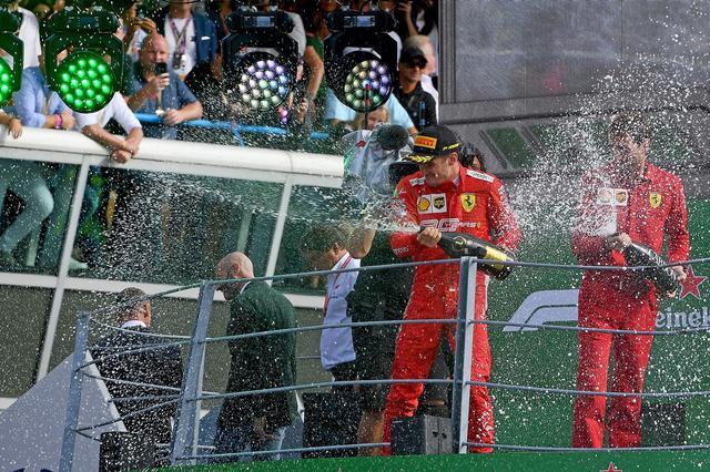 画像: 優勝を飾ったフェラーリのシャルル・ルクレール。フェラーリのイタリアGP優勝は9年ぶり。