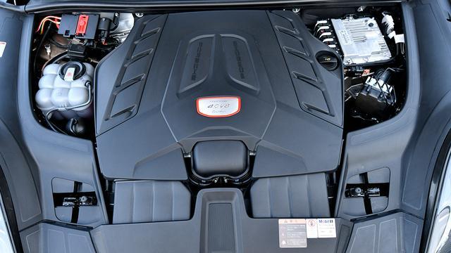 画像: カイエン ターボ搭載の直噴の4L V8ツインターボ。最高出力550ps、最大トルク770Nm。