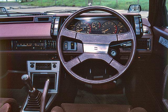 画像: 最上級のGSR-Xにはデジタルメーターが採用されていたが、GSR-IIはアナログ式。ステアリングはスペシャリティカー風の4本スポークタイプだった。