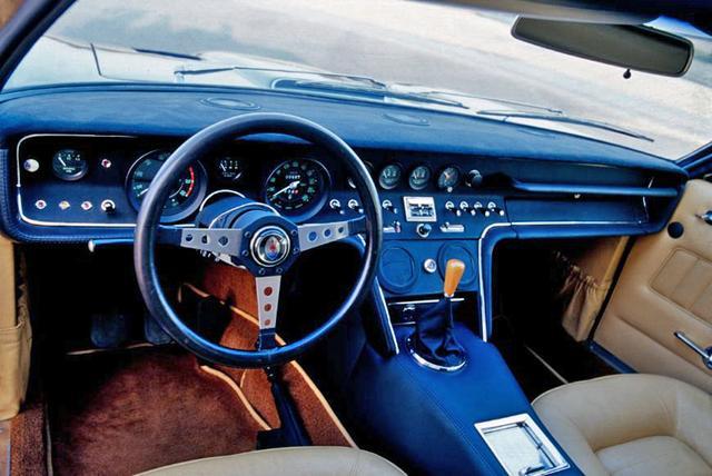 画像: 独立したメーターやスイッチ類が並ぶインパネは、1960年代の高級スポーツカーらしい。