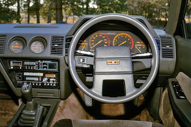 画像: もともとスポーツカーとしての性格づけがされていたZも、ボディが大きくなり、内装も豪華さを増してグランツーリスモ的な雰囲気となった。