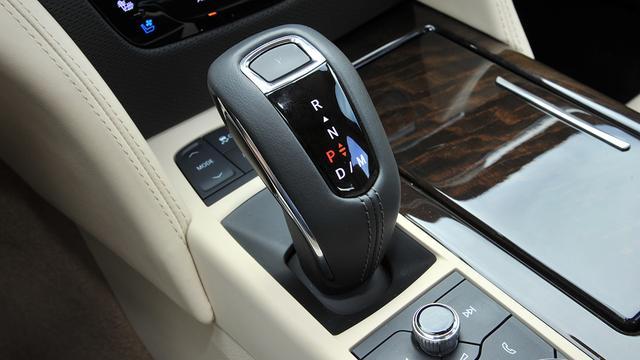 画像: パドルシフト付きの10速ATを搭載。ロータリーコントローラーはApple CarPlayを使うことも考慮した操作感を実現。